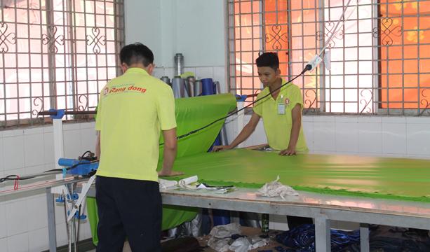 quy trình sản xuất áo mưa tại nhà máy