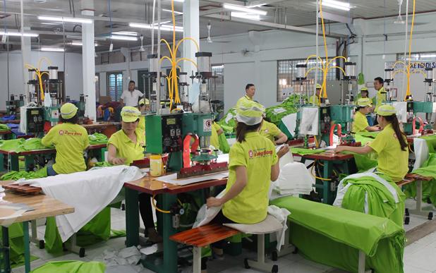quy trình sản xuất áo mưa Rạng Đông